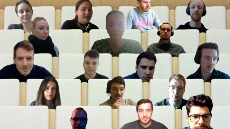 Das Bild zeigt eine Fotomantage: Die Gesichter der teilnehmenden des Doktoranden-Seminars wurden in das Bild eines leeren Hörsaals montiert.