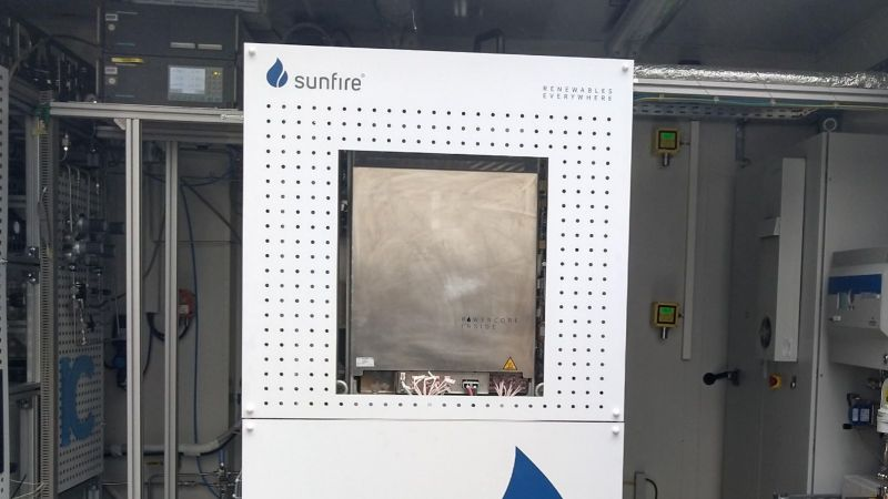 Das Foto zeigt das Ko-Elektrolyse-Modul von Sunfire im Power-to-Liquid-Container aus P2X in Karlsruhe.