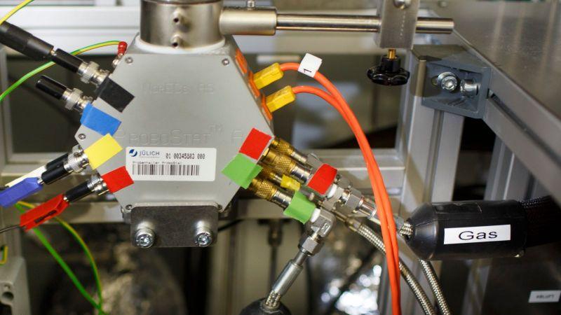 Das Foto zeigt ein Elektrolyse-Modul am Forschungszentrum Jülich.