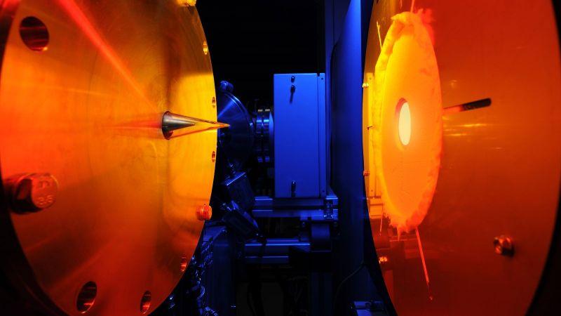 Das Bild zeigt ein Messgerät des DLR, das Schadstoffe bei der Verbrennung von Kerosin analysiert.