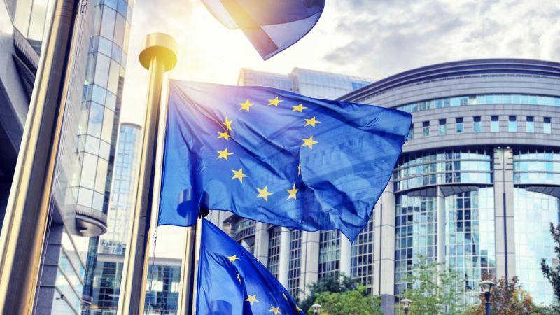 Das Bild zeigt eine wehende EU-Flagge vor der EU-Kommission.