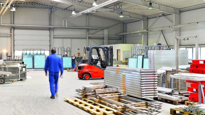 Das Foto zeigt einen Arbeiter in der Produktionshalle eines Stahlherstellers.