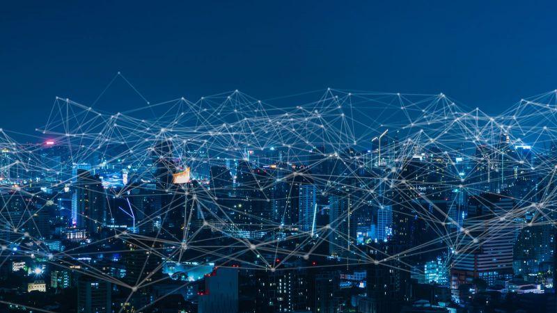 Das Bild zeigte eine vernetzte Stadt bei Nacht.