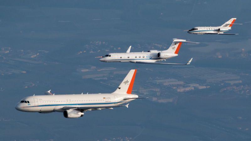 Das Foto zeigt drei Flugzeuge in der Luft.