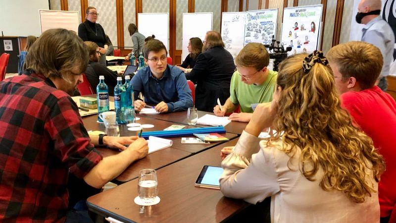 Das Bild zeigt junge Studierende an Arbeitsgruppen bei der P2X-Sommerwerkstatt 2020.