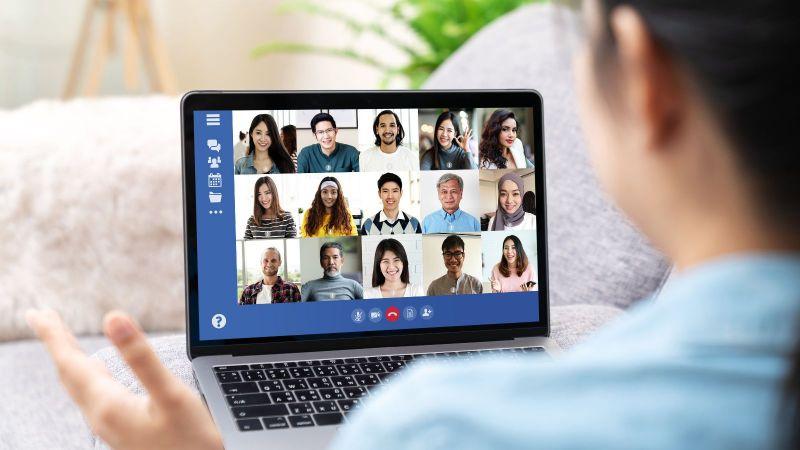 Das Bild zeigt Teilnehmer einer Videokonferenz.