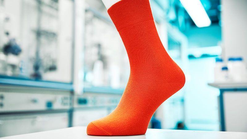 Das Foto zeigt eine Socke aus klimafreundlichem Kunststoff.