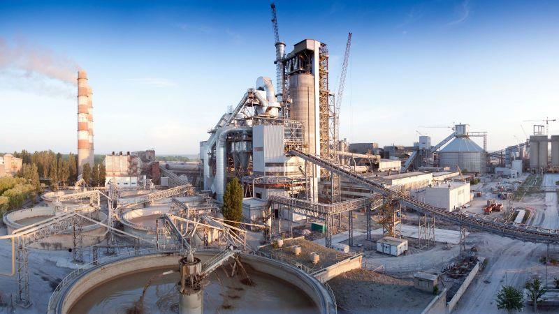 Das Foto zeigt ein Werk der Zementindustrie von außen.