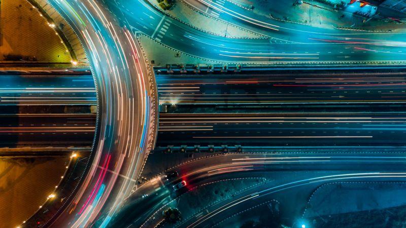 Das Bild zeigt beleuchtete Schnellstraßen von oben.