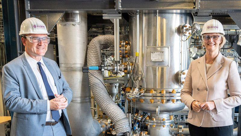 Das Bild zeigt die Bundesforschungsministerin Anja Karliczek und den Innovationsbeauftragten für Grünen Wasserstoff, Stefan Kaufmann, neben der Rheticus-Versuchsanlage in Marl.