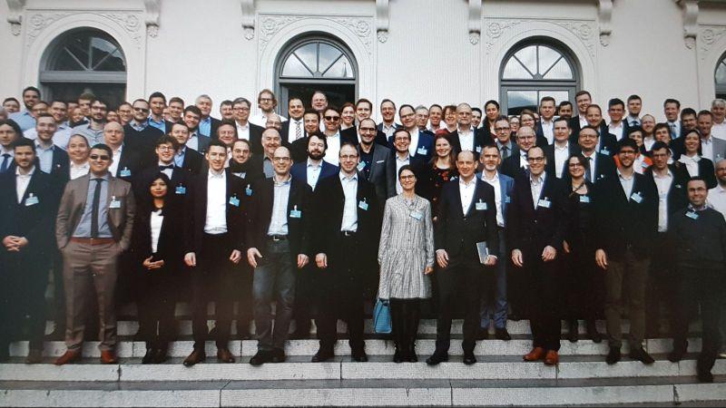 Das Bild zeigt die Teilnehmer des KickOff-Meetings beim Gruppenfoto.