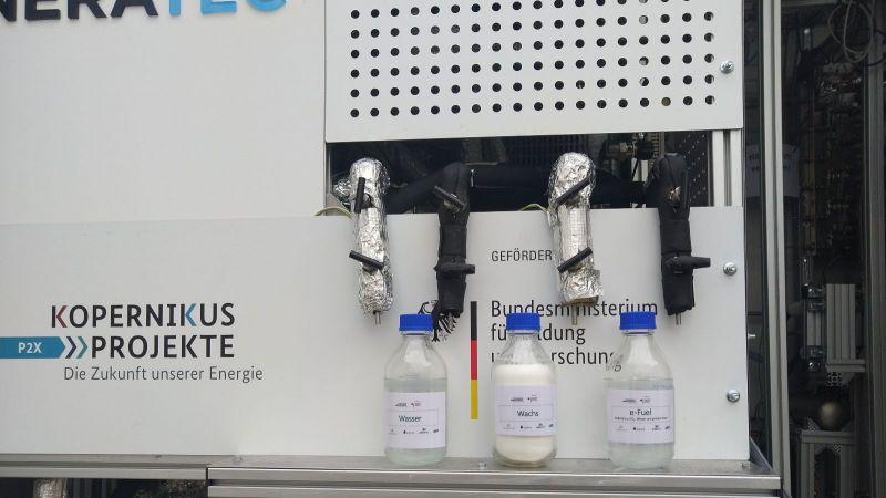 Das Bild zeigt die Luft-zu-Kraftstoff-Komplettanlage in Karlsruhe.