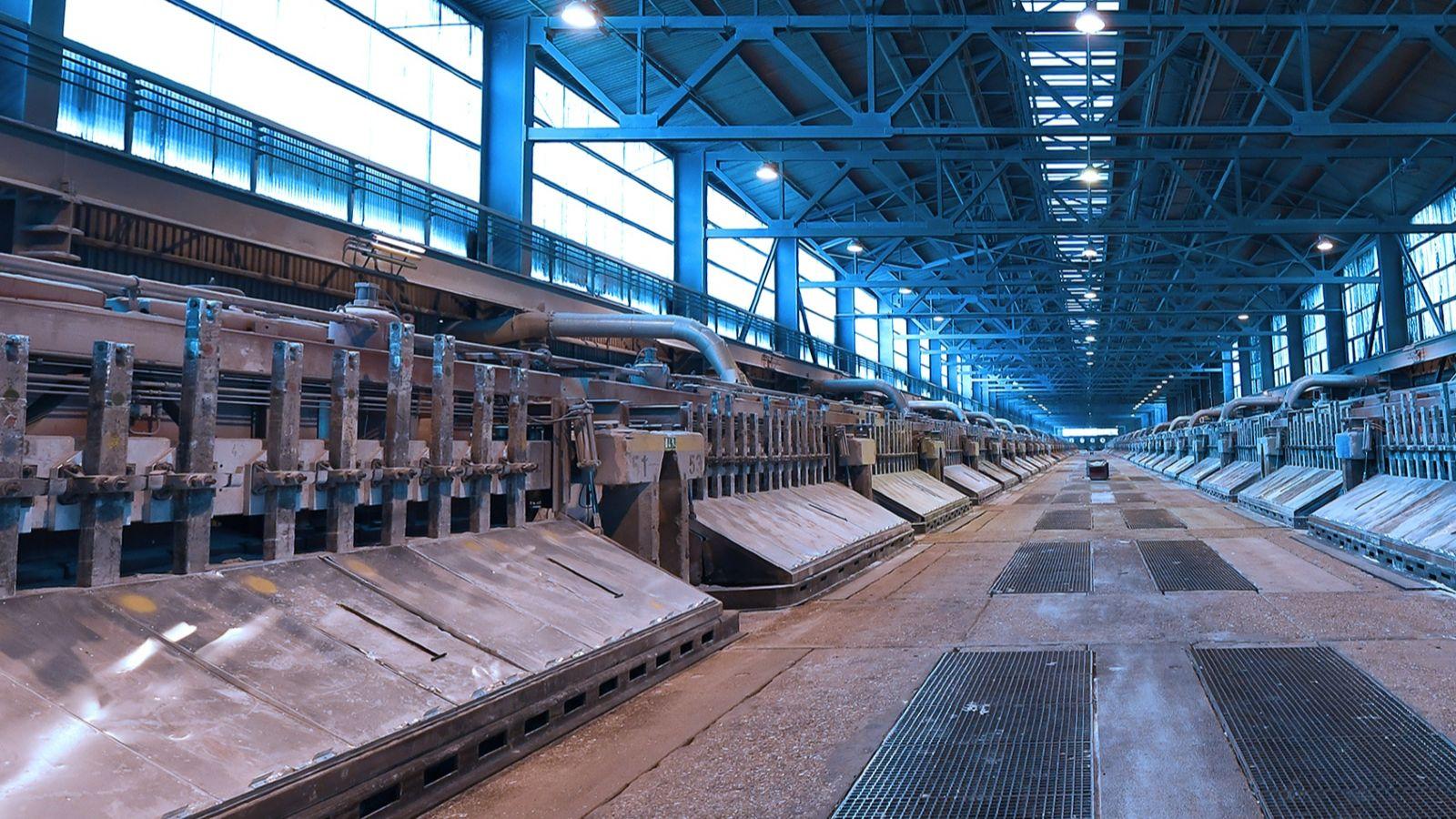 Das Foto zeigt Elektrolyse-Öfen beim Alu-Hersteller TRIMET.