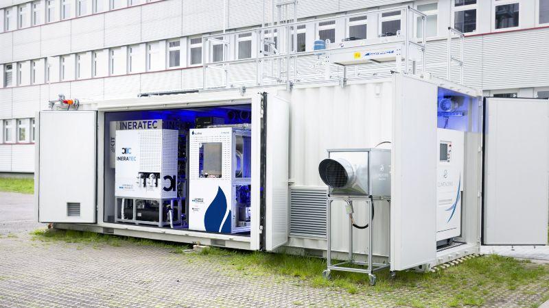 Das Foto zeigt die Luft-zu-Kraftstoffanlage aus dem Projekt P2X auf dem Gelände des KIT in Karlsruhe.