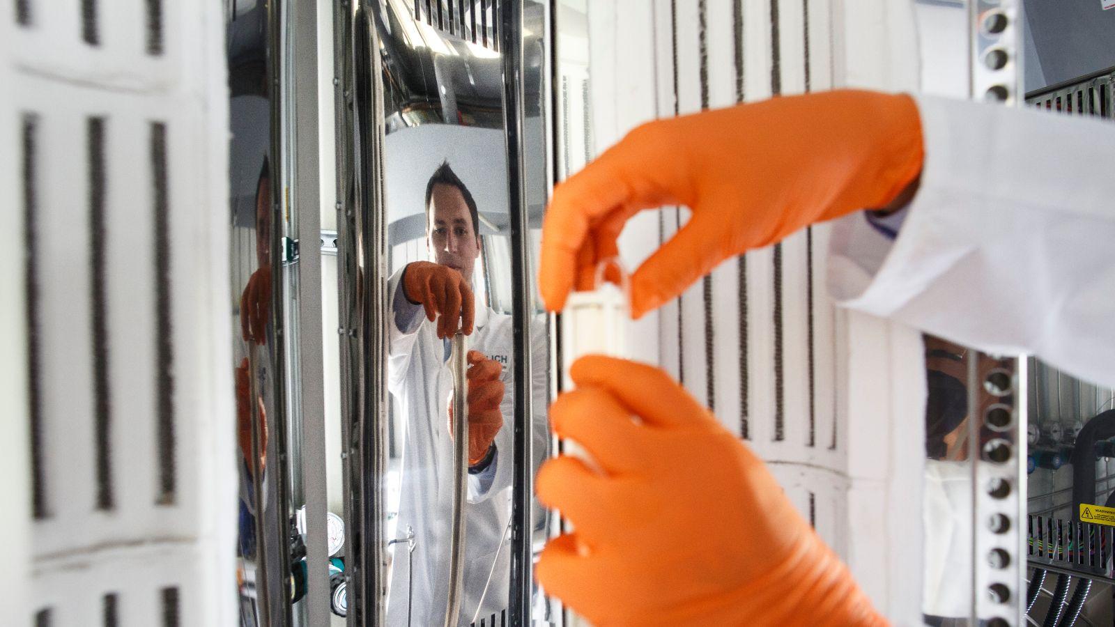 Das Bild zeigt einen Wissenschaftler, der am Forschungszentrum Jülich im Bereich Elektrolyse arbeitet.