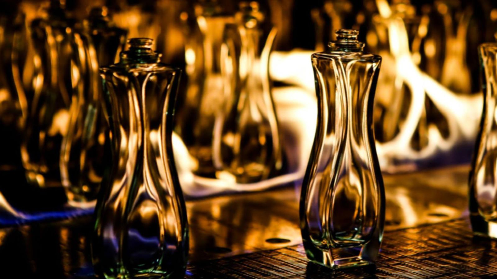 Das Bild zeigt Glasflaschen auf einer Produktionsstraße.