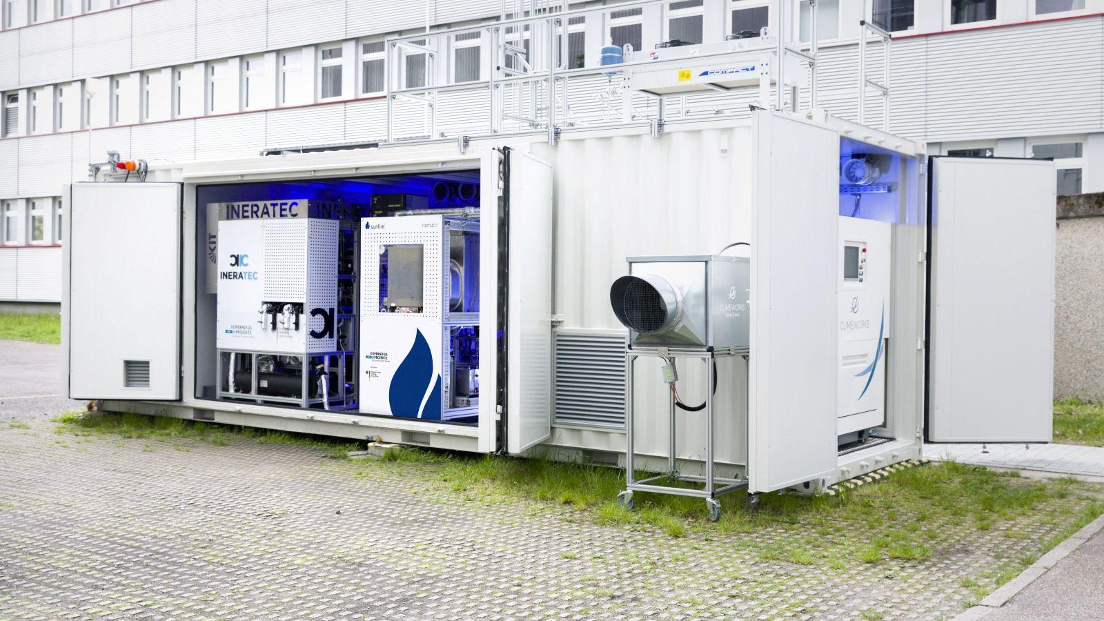 Das Foto zeigt eine Luft-zu-Kraftstoffanlage auf dem Gelände des KIT in Karlsruhe.